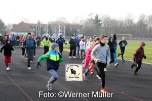 2016-01-03 37.Neujahrslauf Hoyerswerda 2016 29 Volksläufer, 8 Walker, 83 Läufer 6 Km (davon 31 Frauen und 53 Männer) begrüßten sportlich das neue Jahr. Start Volkslauf Foto: Werner Müller